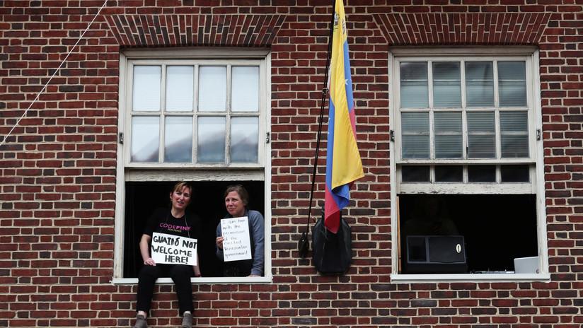 Denuncian corte de agua en la Embajada de Venezuela en EE.UU., donde activistas impiden entrada del personal nombrado por Guaidó