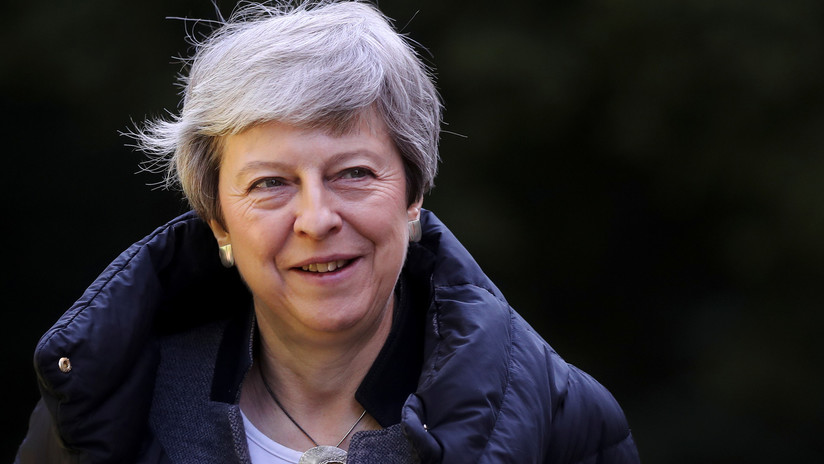 "VIDEO: Theresa May se siente ""inspirada"" por la final de la Champions y decide jugar fútbol"