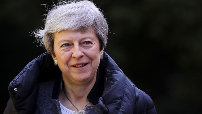 """VIDEO: Theresa May se siente """"inspirada"""" por la final de la Champions y decide jugar fútbol"""