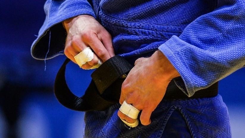VIDEO: Judoca portugués, descalificado por caérsele un móvil del kimono durante el combate