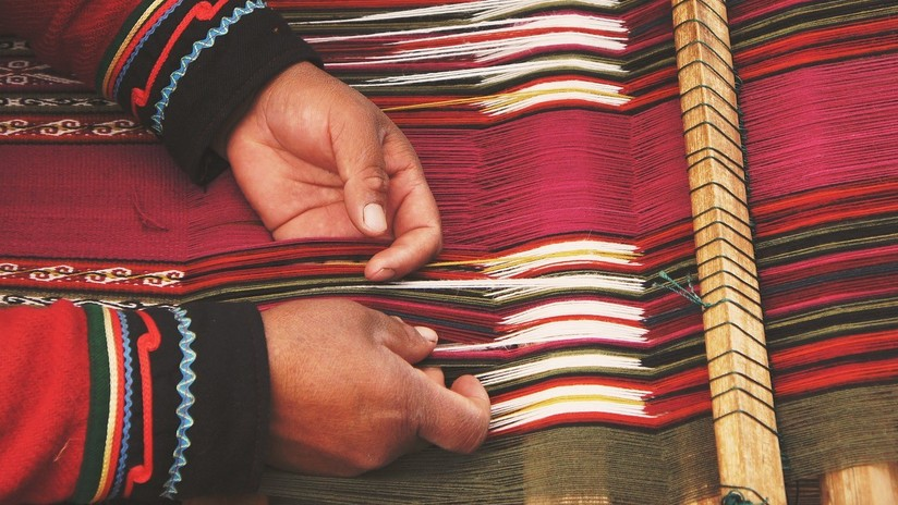 """""""Tropezar y seguirse levantando"""":  El largo camino de un joven mexicano que dejó de delinquir para enseñar a tejer"""