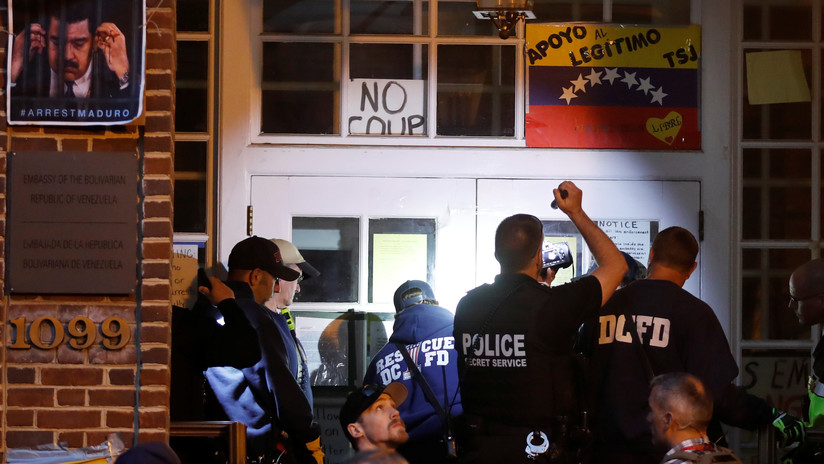 """""""Odian la ley internacional"""": Activistas contra la entrada policial en la Embajada venezolana en EE.UU."""