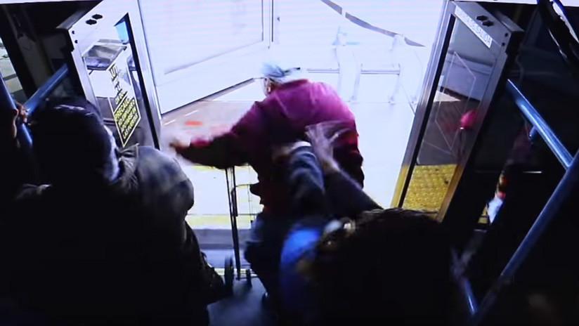 Muere un anciano que fue empujado por una mujer desde un autobús