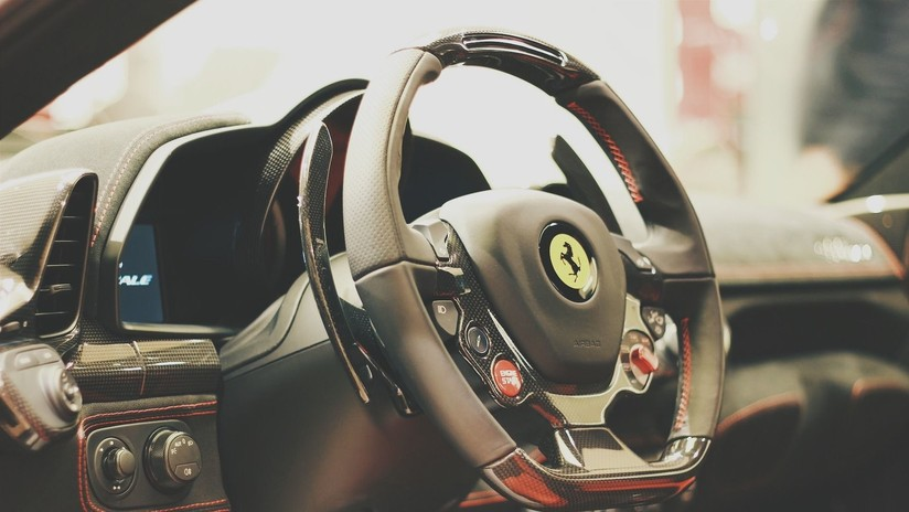 Se hace pasar por comprador y roba un Ferrari de 2 millones de euros durante un viaje de prueba (FOTO)