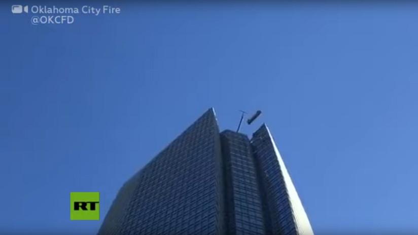 VIDEOS: Dos personas quedan atrapadas en un elevador externo en un edificio de 50 pisos
