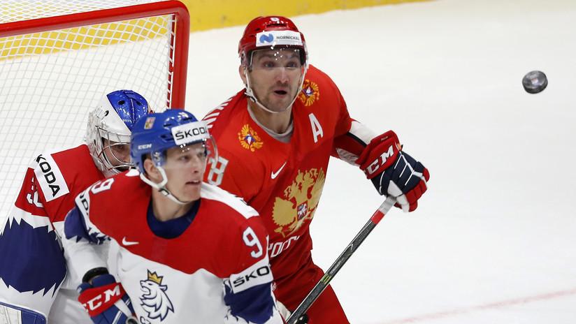 VIDEO: Jugador ruso de hockey salva a un compañero de recibir el impacto de un disco en la cara