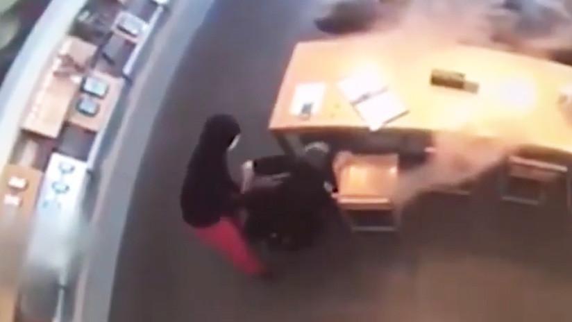 VIDEO: Un ladrón desarma a un policía y le apunta con su pistola durante un robo en Texas