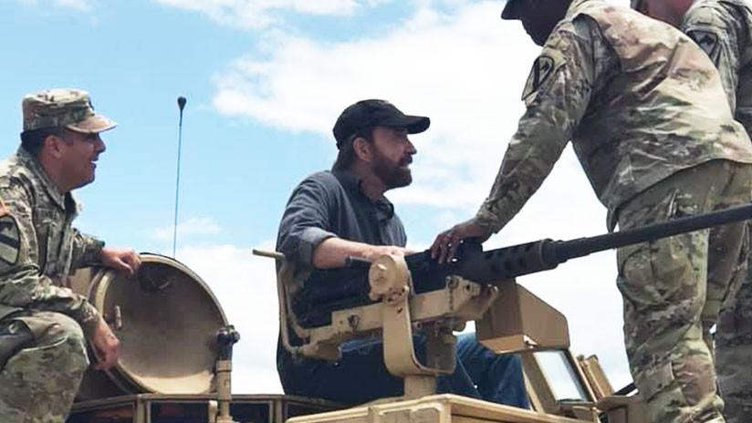 FOTOS: Chuck Norris visita una base militar de EE.UU. e inspecciona un tanque M1A2C Abrams