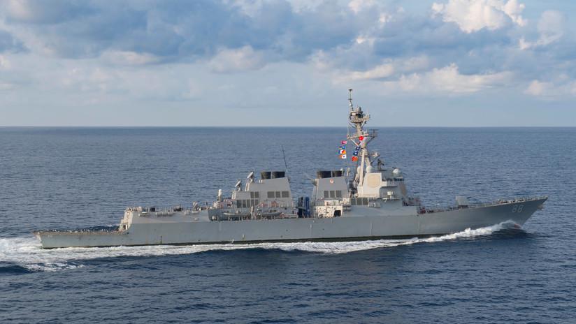 """Un destructor de EE.UU. pasa cerca de un arrecife en disputa en el mar de la China Meridional para """"desafiar las excesivas reclamaciones marítimas"""""""