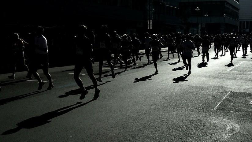 Maratonista de 22 años colapsa y muere al avecinarse a la meta