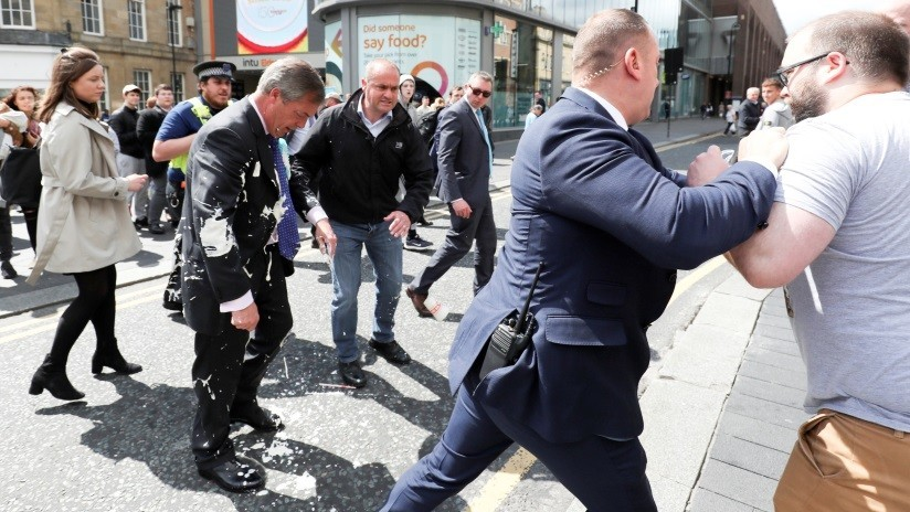 VIDEO, FOTOS: Un batido de plátano marca repudios contra el líder del Brexit