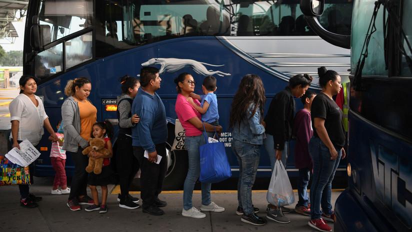 """Agentes fronterizos de EE.UU. en California dejan a inmigrantes en estaciones de autobuses porque los refugios """"están en máxima ocupación"""""""