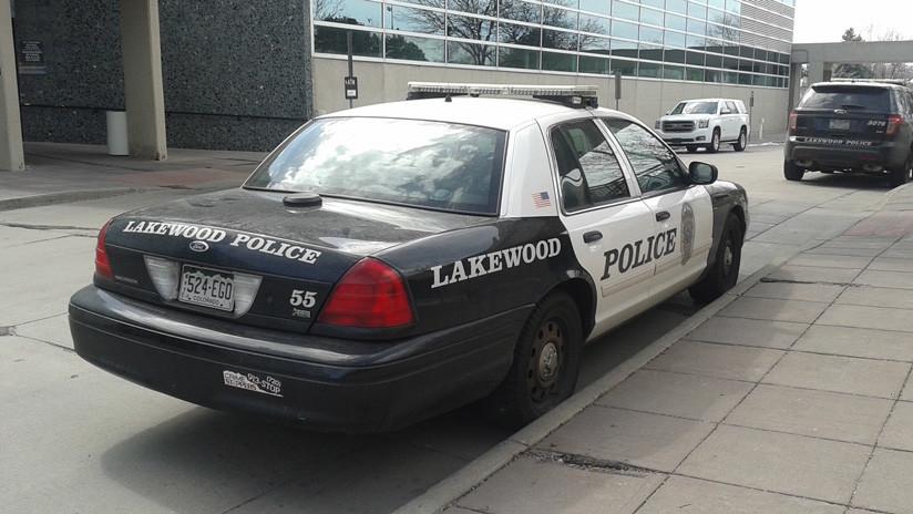 Demandan a una policía que apuntó con una pistola y detuvo a un adolescente hispano en EE.UU. que corría para alcanzar el autobús