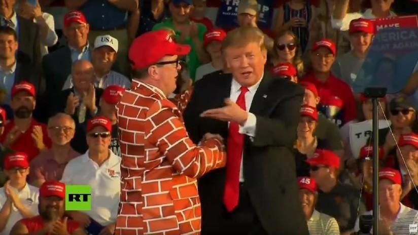 VIDEO: Trump invita al escenario de un mitin a un hombre vestido de 'muro humano'
