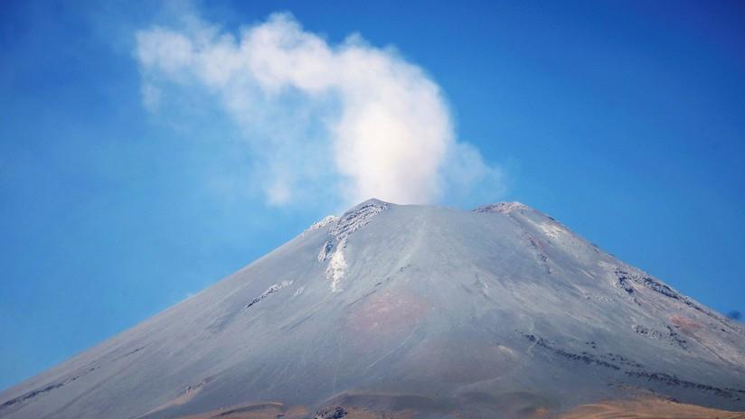 VIDEOS: Nueva explosión del volcán Popocatépetl deja una extensa columna de ceniza