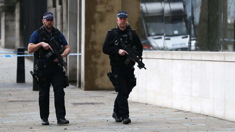 La Policía acordona la zona de los edificios gubernamentales en Londres por un objeto sospechoso