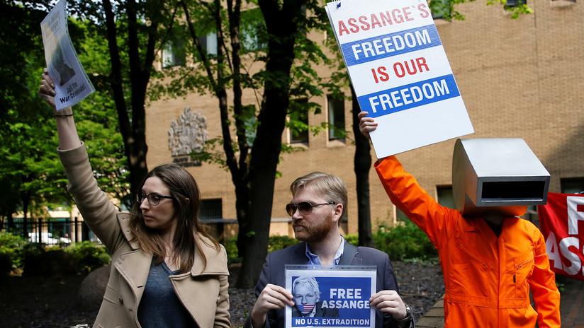 """""""El fascismo moderno está saliendo al descubierto"""": Periodistas reaccionan tras los nuevos cargos criminales contra Assange"""