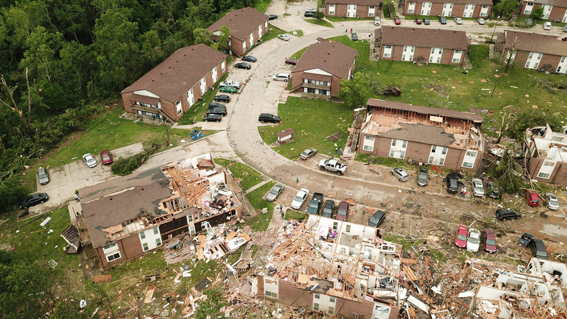 Caos, escombros y varios fallecidos: las consecuencias del mortal tornado de Misuri, en imágenes