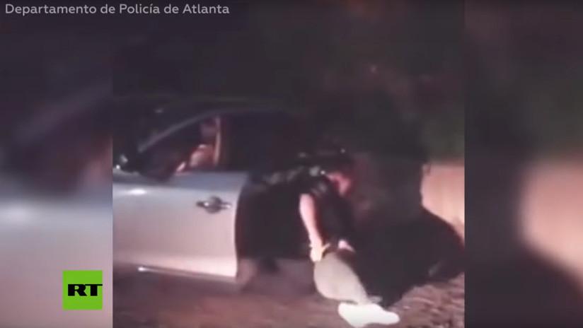 VIDEO: Un policía de EE.UU. aplica reiteradas descargas con una táser a una mujer frente a su hija de 4 años