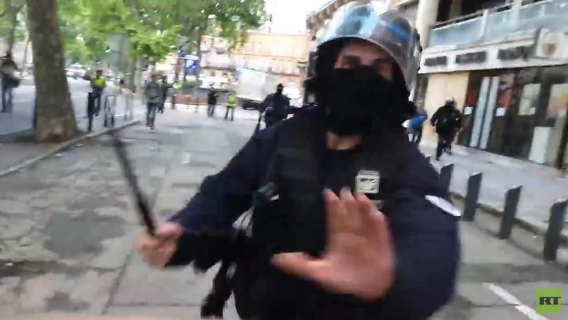 Un policía golpea con una porra a un corresponsal de RT France durante la protesta de 'los chalecos amarillos' en Toulouse
