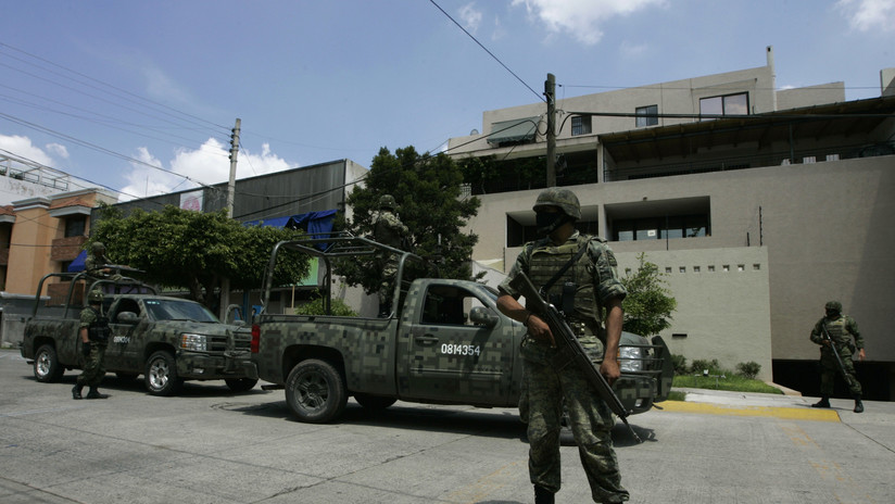 Capturan en México a dos delincuentes vestidos de soldado y policía que portaban drogas y una bazuca