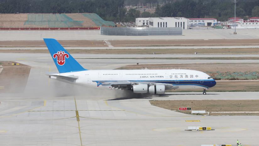 FOTOS: Pilotos chinos logran aterrizar un Airbus A380 con el parabrisas desecho por el granizo