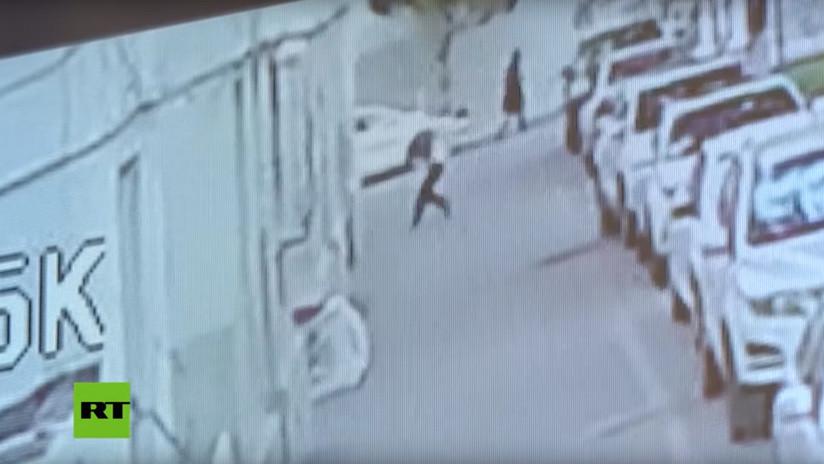 VIDEO: Ve a un bebé a cayendo desde un 5º piso y lo salva en el último segundo colocándose debajo