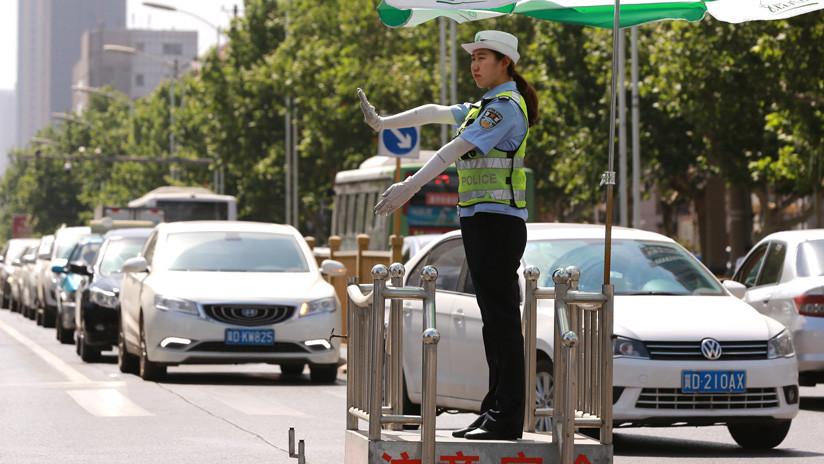 Un conductor chino se rasca la cara y recibe una multa (IMAGEN)