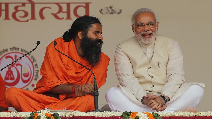 India: Un gurú del yoga insta al Gobierno a despojar a los terceros hijos al derecho al voto