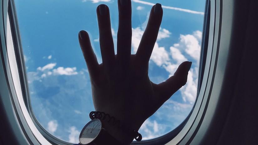 VIDEO: Un pasajero trata de abrir la puerta de un avión momentos antes de aterrizar
