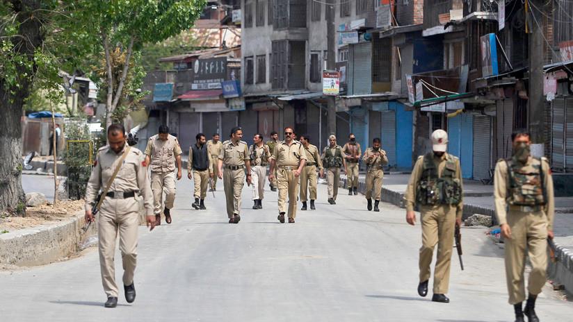 VIDEO: Graban a 5 policías indios maltratando y golpeando a una mujer con un cinturón