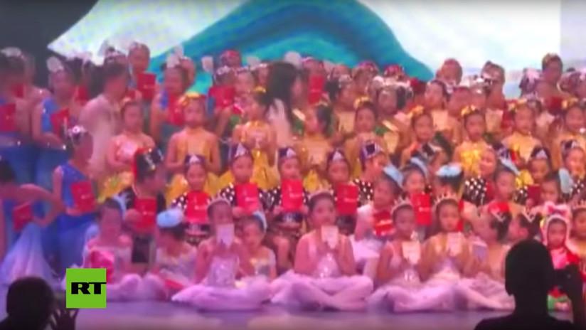 VIDEO: Un muerto y 14 heridos al desplomarse un escenario con cientos de niños en China