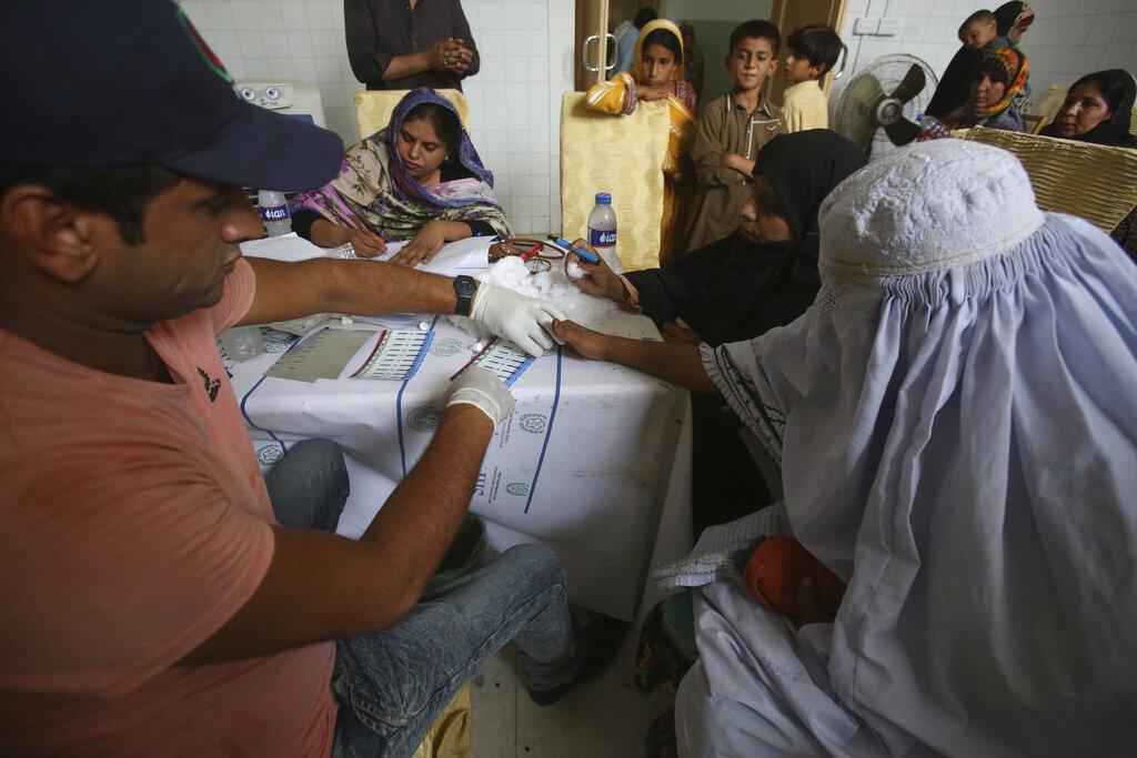 5cde9144e9180f5c358b4567 - Acusan a un médico de infectar con VIH a más de 400 niños y 100 adultos en Pakistán