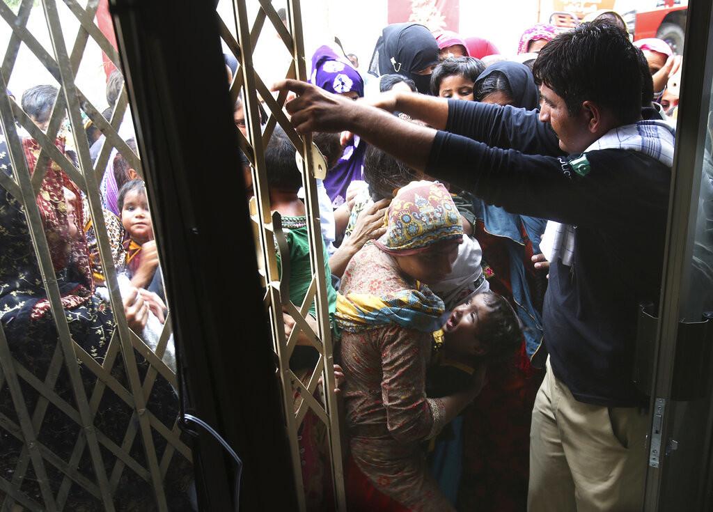 5cde9160e9180f5a358b4567 - Acusan a un médico de infectar con VIH a más de 400 niños y 100 adultos en Pakistán