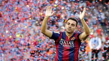 Xavi Hernández saluda a la afición del Barcelona en el estadio Camp Nou, el 23 de mayo del 2015.