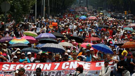 Maestros de la Coordinadora Nacional de Trabajadores de la Educación (CNTE) participan en una marcha en la Ciudad de México, México, el 15 de mayo de 2017.