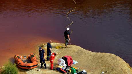 Policía forense rastrea el lago Kokkinopezoula en busca de cadáveres cerca de Mitsero (Nicosia, Chipre), el 27 de abril de 2019.