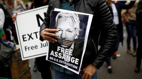 Manifestantes protestan frente al Tribunal de Magistrados de Westminster, donde se celebra una audiencia sobre la extradición de Julian Assange a EE.UU., Londres, Gran Bretaña, 2 de mayo de 2019.