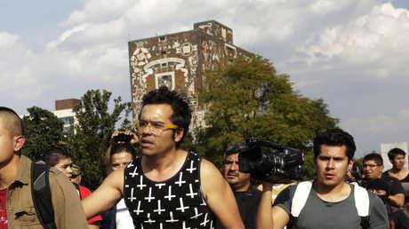Vista de dos estudiantes de la Universidad Nacional Autónoma de México (UNAM), el 16 de noviembre de 2014.