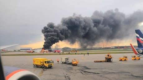 El avión en llamas en el Aeropuerto Internacional Sheremétievo de Moscú, el 5 de mayo de 2019.