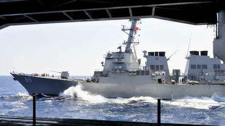 El destructor de misiles guiados USS Preble en el océano Índico antes una operación de reabastecimiento, el 8 de mayo de 2011.