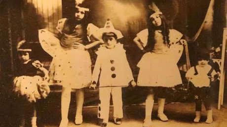 Eva (primera a la derecha) junto a sus hermanos en Los Toldos. Año 1921.