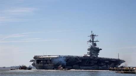 El portaviones USS Abraham Lincoln zarpa de la Base Naval Norfolk en Virginia, EE.UU.
