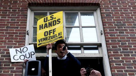 Activistas en la Embajada de Venezuela en Washington, EE.UU., 1 de mayo de 2019.