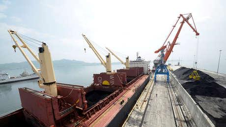Un carguero transporta carbón en un muelle en el puerto norcoreano de Rajin. 18 de julio de 2014.