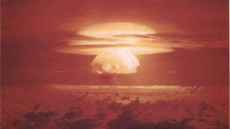 Explosión nuclear Castle Bravo realizada por EE.UU. en el atolón de Bikini 24 de febrero de 1954.