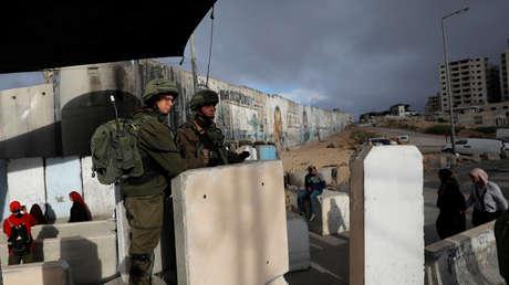 Soldados israelíes en un puesto de control en Cisjordania.