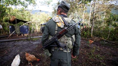 Un miembro del Frente 51 de las Fuerzas Armadas Revolucionarias de Colombia (FARC).