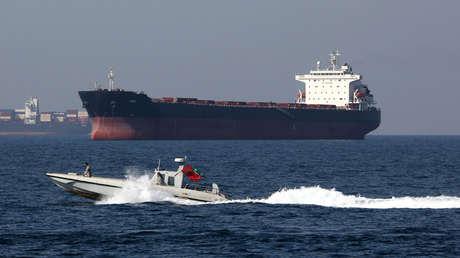 Una lancha patrullera iraní y un petrolero en el estrecho de Ormuz, el 30 de abril de 2019.