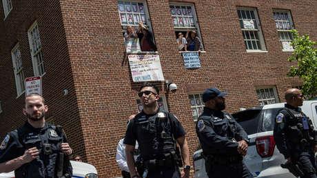Los cuatro activistas que permanecían en la Embajada de Venezuela en Washington (EE.UU.) saludan al reverendo Jesse Jackson (no se ve en la imagen) a su llegada al lugar, 15 de mayo de 2019.